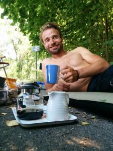 Prost Kaffeetrinken! Eine milde Gabe der lieben Anwohner am Isarradweg.
