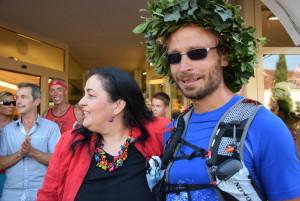 Geschafft, glücklich und geehrt: Christian und Doris (v.r.) vor dem Bio Paradies in Eppan.